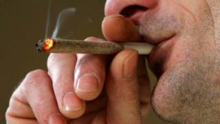 Homem fumando baseado