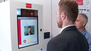 英国内政部人脸识别通关测试登记机器