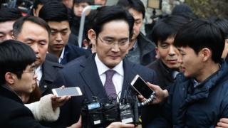 لي جي-يونغ يقف مع الصحفيين صامتا