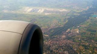 Вид на аэропорт Мюнхена из иллюминатора самолет