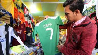 Aficionado en una tienda en Irán
