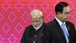 นายกรัฐมนตรีนเรนทรา โมดีของอินเดีย (ซ้าย) พล.อ. ประยุทธ์ จันทร์โอชา นายกรัฐมนตรีของไทย