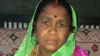 उर्मिला देवी बताती हैं कि वो अपने बेटे की छुट्टी कराके राशन लेने जाती थीं लेकिन अब उससे भी काम नहीं चलता क्योंकि उनका फ़ोन खो गया है