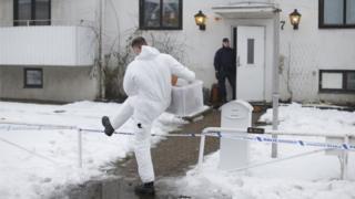 スウェーデン・モルンダルの亡命申請センターを捜索する警察(25日)