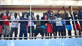 Des ressortissants africains, dans un centre de séjour temporaire pour migrants, à la frontière entre le Maroc et l'enclave espagnole de Ceuta, le 22 août 2018.