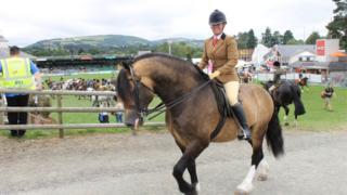 Claire Fitch o Ross on Wye ar gefn ei cheffyl Menai Eurostar, a enillodd yn y dosbarth Stallion Ridden horse…