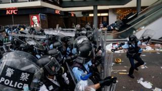 الآلاف يحيطون بمقر قيادة الشرطة في هونغ كونغ
