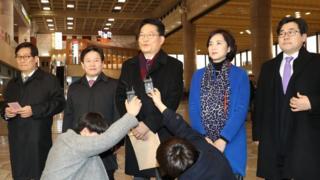 宋永吉(中)在机场接受采访。
