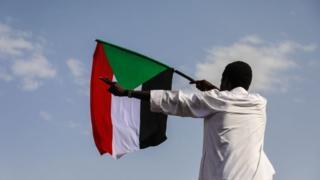 متظاهر في السودان