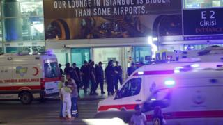 爆発と銃撃が起きた後、空港前に到着した救急隊(28日、イスタンブールのアタチュルク国際空港)