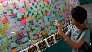 """反對修例的示威者在香港多個地方設立""""連儂牆"""",讓反對修例的人士貼上寫有示威字句的便條。"""