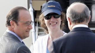 Former hostage Isabelle Prime with French President Francois Hollande (L) and Foreign Minister Laurent Fabius (R) upon her arrival in Paris on 7 August 2015