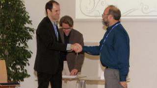Narcizo Marques de Souza Neto recebendo prêmio Dale Sayers Award, na Alemanha