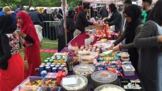 Igitigiri c'abantu baja mu birori vya Eid mu kibanza Small Heath Park congerekana ku mwaka