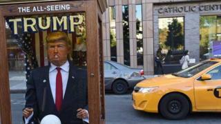 Máquina de ler a sorte com um boneco de Donald Trump, nos EUA