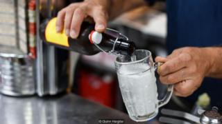 蒙特利尔的肉质奶酪薯条店保罗·帕特兹的酿酒师罗伊用传统方法酿造云杉啤酒