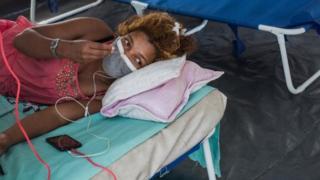 Mujer de Madagascar tumbada en la cama.
