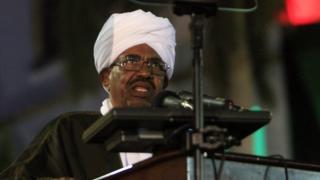 Le président soudanais Omar al-Bashir prononce un discours lors de la célébration marquant les 59 ans de l'indépendance de son pays.