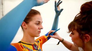Карла Говс из Јужне Африке осликава модел Корина