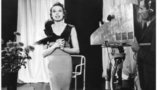 Adele Dixon, artista britânica, canta no programa de estreia