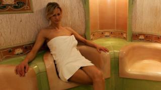 सौना बाथ लेती हुई एक महिला