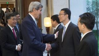 El ex vicepresidente de Estados Unidos John Kerry saluda a unos empresarios chinos.