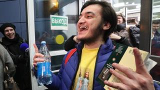 После приговора Самариддин Раджабов вышел из здания Мещанского суда Москвы