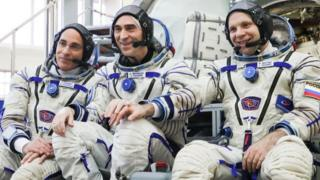 Nasa astronaut Christopher Cassidy (l), and cosmonauts Anatoly Ivanishin (c) and Ivan Vagner