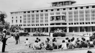 Trước Dinh Độc Lập hôm đầu tháng 5 năm 1975: hai phía cộng sản và cộng hòa đã ngưng bắn