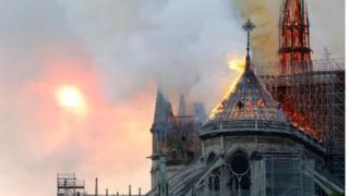 ဘုရားကျောင်းကြီးရဲ့ ပင်မမျှော်စင်ကြီးဟာ မီးဒဏ်ကြောင့်ပြိုကျသွားပြီ ဖြစ်