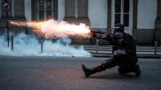 Во время столкновений полиция применяла слезоточивый газ и резиновые пули