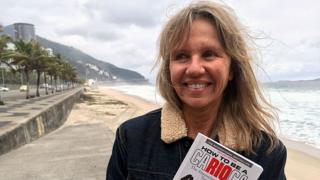 Priscilla Ann Goslin com seu livro à beira do mar