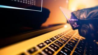 Robo por internet con tarjeta de crédito.