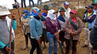 Manifestantes indígenas en Ecuador, armados con palos y machetes
