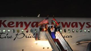Maafisa wa kipeperusha bendera za Kenya na Marekani kabla ya ndege aina ya Boeing 787-Dreamliner kuanza safari Jumapili