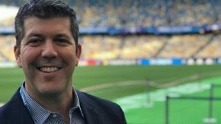 Fernando Palomo posa en un estadio de fútbol.
