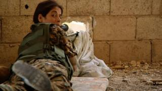Combatiente kurda en Raqa