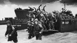 Soldados desembarcan en Normandía