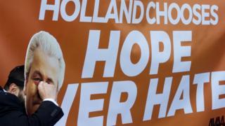 """Lahey'de açılan """"Hollanda umudu nefrete tercih etti"""" pankartı"""
