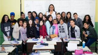 Alexya Salvador com alunos