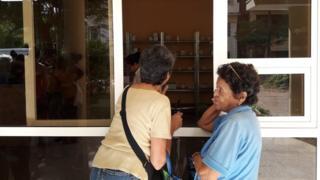 Dos mujeres en una farmacia.