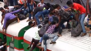 مسافرون بنغال يتزتحمون فوق القطار