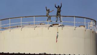Irak ordusu askerleri, Kerkük'teki Bai Hassan petrol sahasından IKBY bayrağını indirirken