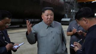 Ông Kim Jong-un đi kiểm tra một nhà máy đóng tàu ngầm hôm 23/7 nhưng địa điểm không được tiết lộ