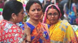બજારમાં ખરીદી કરી રહેલી મહિલાઓની તસવીર