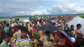 গত বছরের অগাস্টে মিয়ানমারে সামরিক বাহিনীর অভিযান শুরুর পর সাত লাখের বেশি রোহিঙ্গা ঘরবাড়ি ফেলে বাংলাদেশে এসে আশ্রয় নিয়েছে