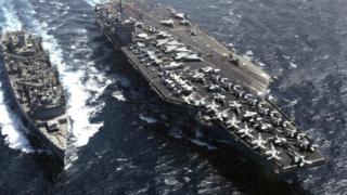 USS Sacramento bên cạnh tàu mẹ, hàng không mẫu hạm USS Carl Vinson năm 2001