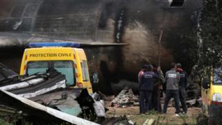 Equipes de resgate trabalham perto de destroços de avião que caiu na Argélia