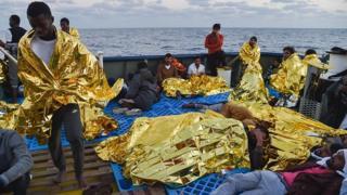 Des migrants secourus en mer par la Croix Rouge Italienne en novembre 2016 (archives)