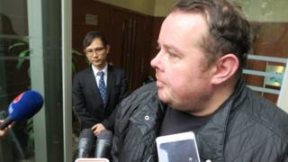 斯蒂芬·李在沙田裁判法院外(BBC中文图片8/6/2018)